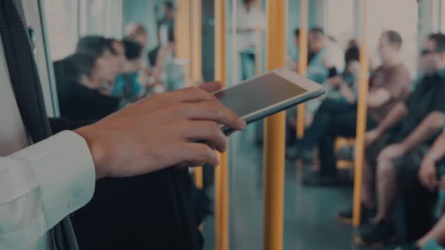 Geschäftsmann mit einem tablet PC im Passagierzug