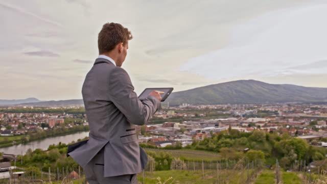 vidéos et rushes de homme d'affaires à l'aide d'une tablette numérique en plein - seulement des jeunes hommes