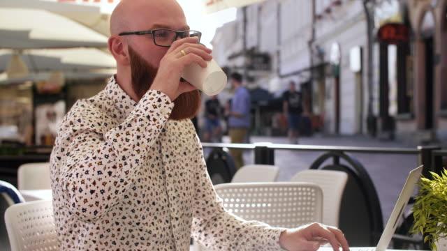 businessman using a laptop outdoors/ rzeszow/ poland - ruhen stock-videos und b-roll-filmmaterial