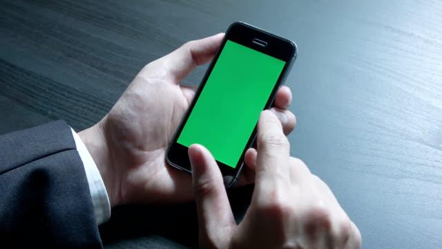 Geschäftsmann mit einem Smartphone Touchscreen Chroma key.