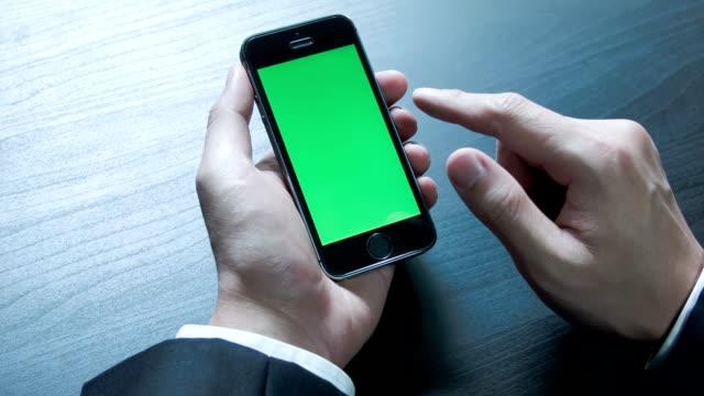 vídeos y material grabado en eventos de stock de hombre de negocios usando un teléfono inteligente, táctil croma key. - dispositivo de entrada