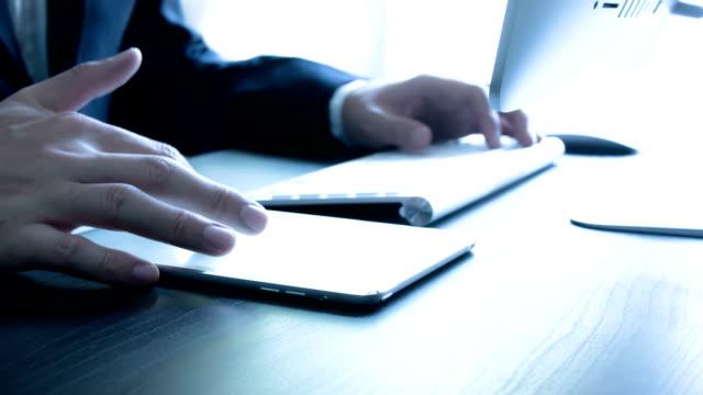 geschäftsmann mit einem tablet-computer - ebene stock-videos und b-roll-filmmaterial