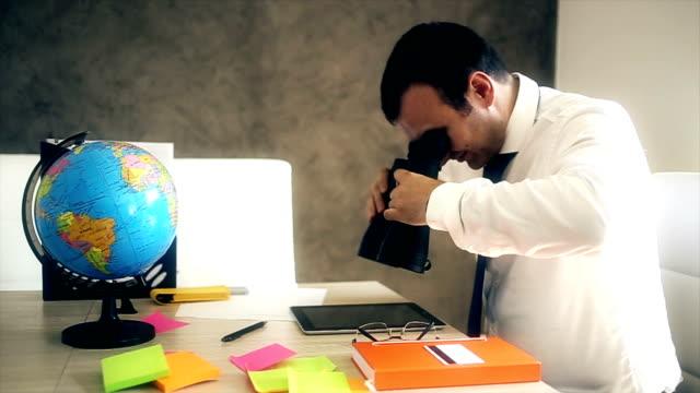 stockvideo's en b-roll-footage met zakenman met verrekijkers voor het vinden van zakelijke winst - verrekijker