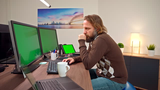 stockvideo's en b-roll-footage met zakenman die computer gebruikt terwijl het zitten op de bal van de oefening - driekwartlengte