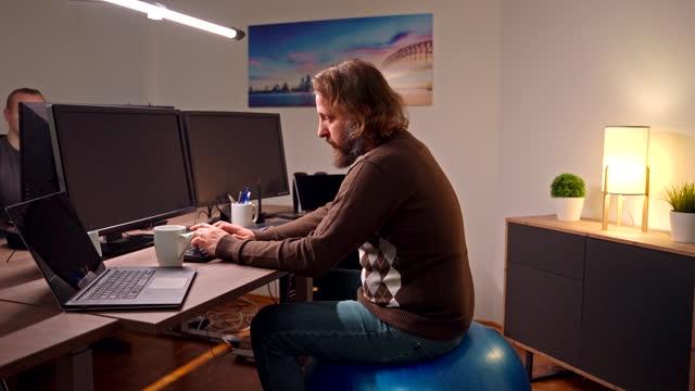 vídeos y material grabado en eventos de stock de empresario usando la computadora mientras está sentado en el baile de ejercicios - three quarter length