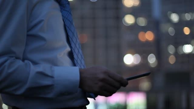 businessman using digital tablet at night in office area - skjorta och slips bildbanksvideor och videomaterial från bakom kulisserna