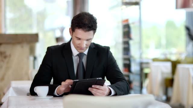 HD DOLLY: Homme d'affaires à l'aide de tablette numérique au Café