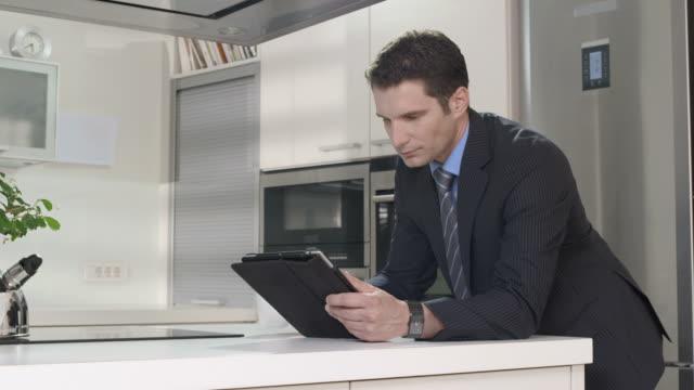 HD DOLLY: Geschäftsmann mit digitalen Tablet am Morgen
