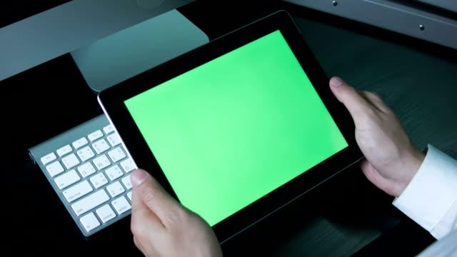 Geschäftsmann mit digitalen tablet touchscreen, Chroma key.