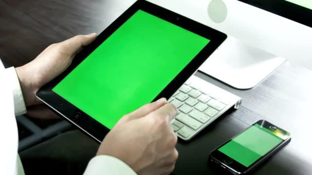 vidéos et rushes de homme d'affaires à l'aide de tablette numérique avec écran tactile, incrustation en chrominance. - comprimés