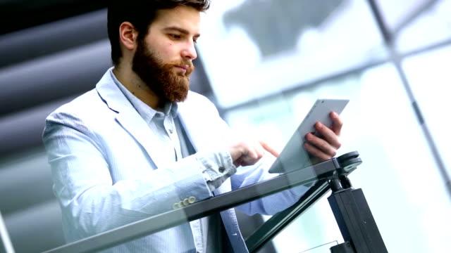 vídeos y material grabado en eventos de stock de hombre de negocios usando tableta digital. - usar la tableta digital