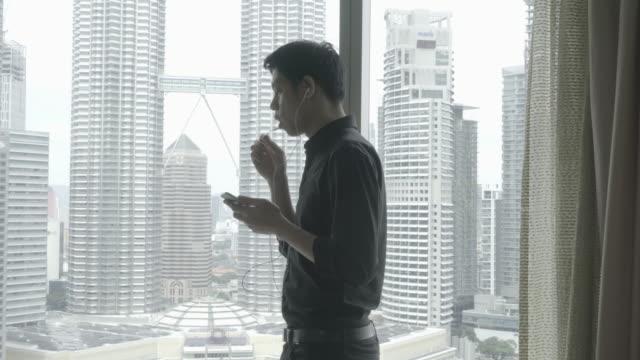 Zakenman met behulp van digitale tablet