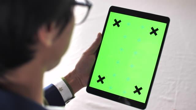 Geschäftsmann mit Digital Tablet mit Greenscreen