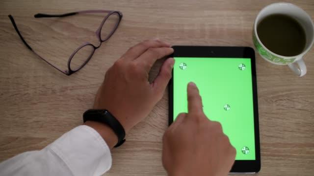 vidéos et rushes de slo mo, homme d'affaires à l'aide de tablette numérique avec écran vert - vue de face