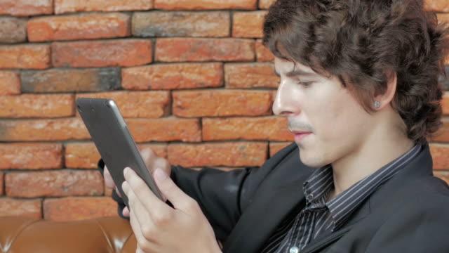 uomo d'affari utilizzando tablet digitale, dolly shot - organizzatore elettronico video stock e b–roll