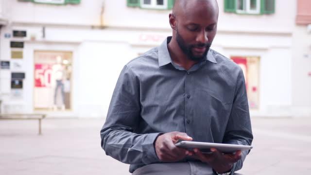 affärsman med sin digitala surfplatta - fastknäppt skjorta bildbanksvideor och videomaterial från bakom kulisserna