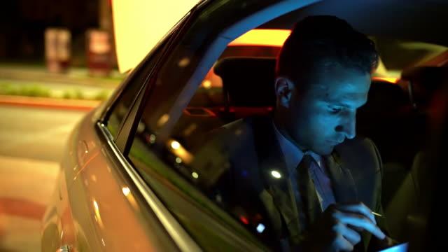 vídeos y material grabado en eventos de stock de ms businessman con su smartphone en el asiento trasero de una limusina - asiento de atrás