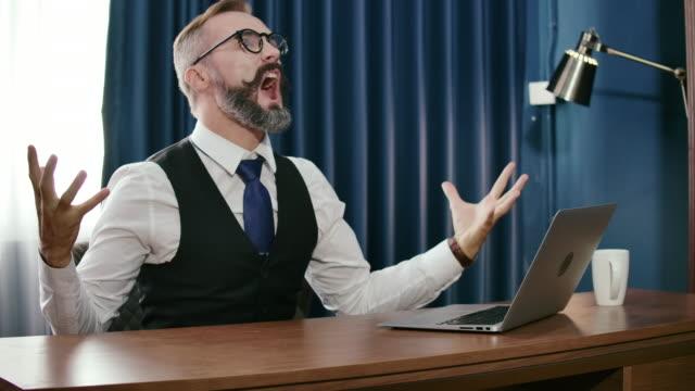 vidéos et rushes de slo mo. homme d'affaires utilisant l'ordinateur portatif et célébrant le succès au bureau. - membres du corps humain