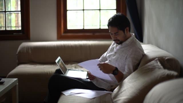stockvideo's en b-roll-footage met zakenman met behulp van laptop thuis - publicatie