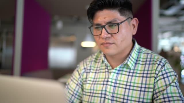 stockvideo's en b-roll-footage met zakenman die laptop op het werk gebruikt - peruaanse etniciteit