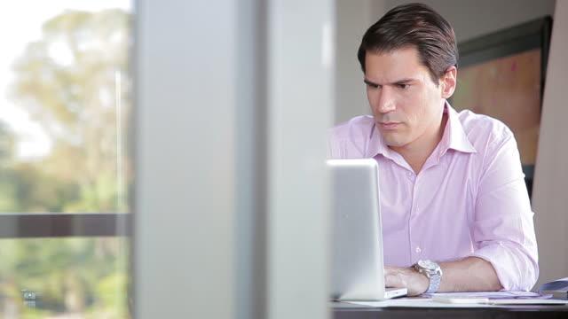 businessman using laptop computer - hot desking stock videos & royalty-free footage