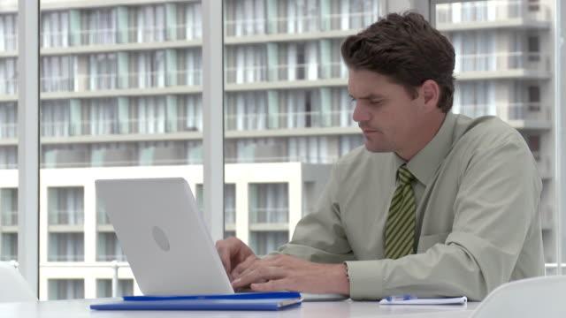businessman using laptop in office - hemd und krawatte stock-videos und b-roll-filmmaterial
