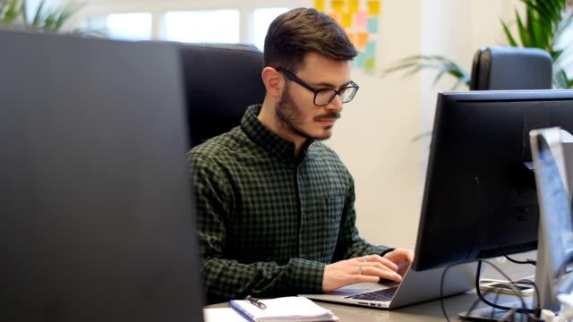 Hombre de negocios utilizando el ordenador portátil en oficina