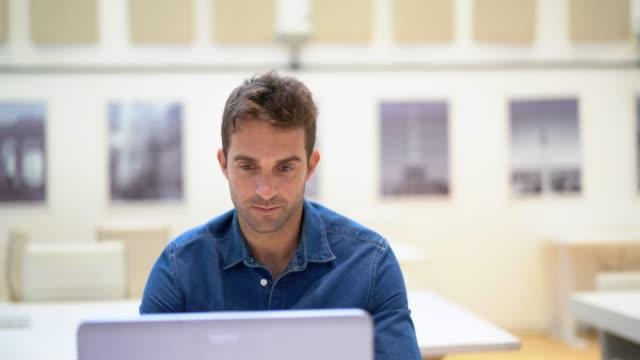 affärsman med laptop porträtt - män i 30 årsåldern bildbanksvideor och videomaterial från bakom kulisserna