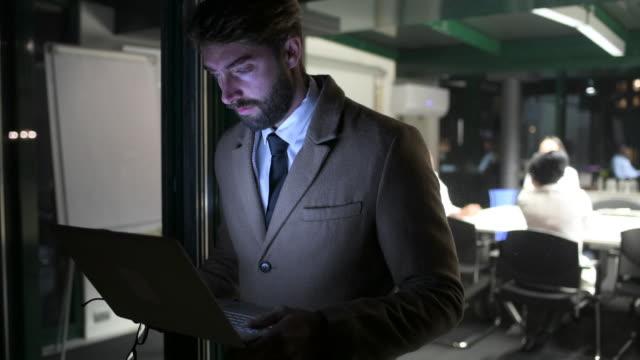businessman using laptop - abbigliamento da lavoro formale video stock e b–roll