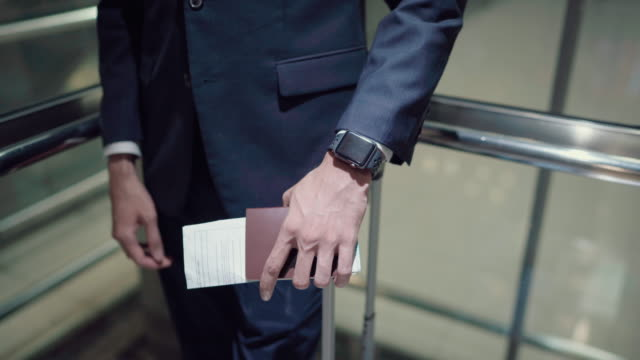vidéos et rushes de homme d'affaires utilisant l'ascenseur sur l'aéroport - tenue d'affaires formelle