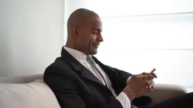 vídeos de stock, filmes e b-roll de homem de negócios usando móveis em casa - só um homem
