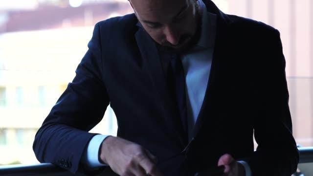 vídeos de stock, filmes e b-roll de homem de negócios usando móveis sobre coworking - distressed