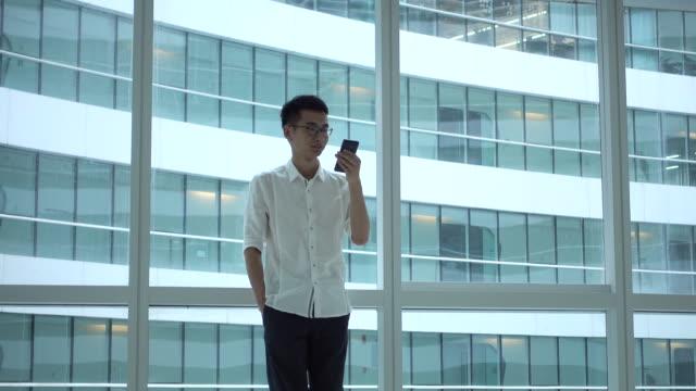 stockvideo's en b-roll-footage met businessman using mobile phone - mouw