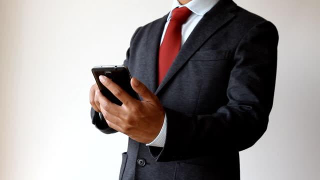 Affärsman med mobiltelefon