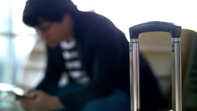 空港で携帯電話を使用しての実業家 - ロビー点の映像素材/bロール