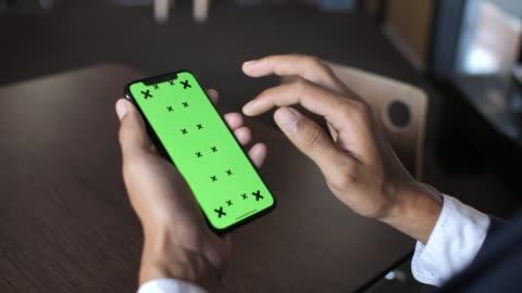 vídeos y material grabado en eventos de stock de empresario con teléfono con clave de croma - verde color