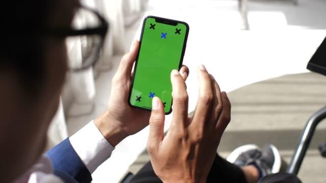 Geschäftsmann mit Telefon mit Greenscreen