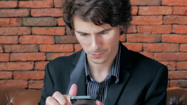 stockvideo's en b-roll-footage met businessman using smart phone - financiële pagina