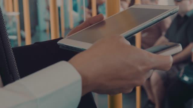 vídeos de stock e filmes b-roll de homem de negócios usando smart phone - via férrea