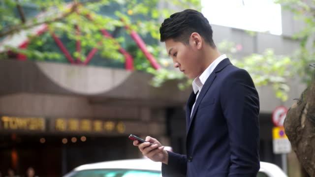 Geschäftsmann mit smartphone in der Straße