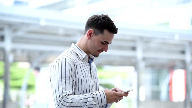 vídeos y material grabado en eventos de stock de hombre de negocios con compras en línea de smartphone - teléfono sin cable