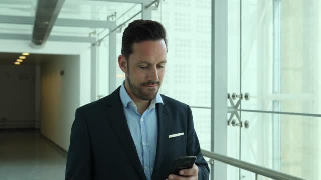 vídeos de stock, filmes e b-roll de businessman using smartphone to call home on his commute - só um homem