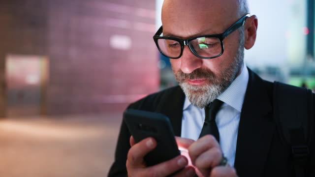 businessman using smartphone - 50 54 år bildbanksvideor och videomaterial från bakom kulisserna