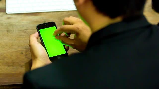 stockvideo's en b-roll-footage met businessman using smartphone - ingesproken bericht