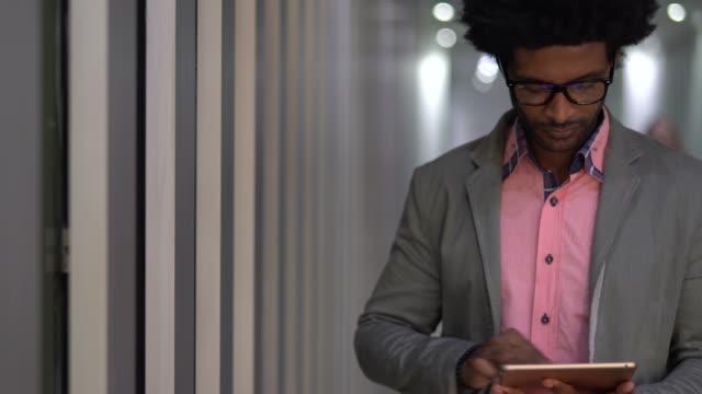 geschäftsmann mit tablet im flur - tablet benutzen stock-videos und b-roll-filmmaterial