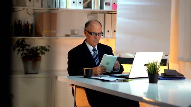 vidéos et rushes de homme d'affaires utilisant la tablette - tenue d'affaires formelle