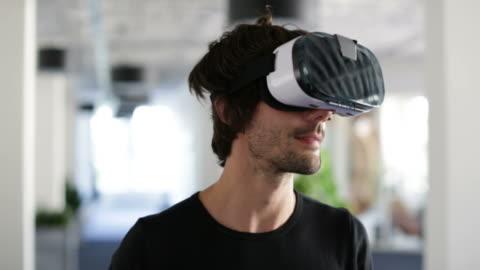 vídeos y material grabado en eventos de stock de hombre de negocios con gafas de realidad virtual - simulador de realidad virtual