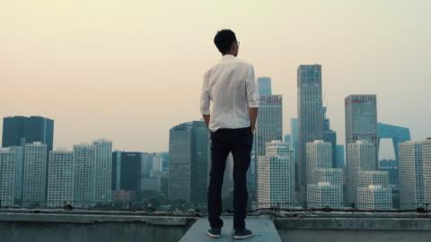 vídeos y material grabado en eventos de stock de businessman viewing city from rooftop - tejado