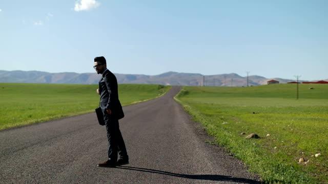 Geschäftsmann zu Fuß nach unten gewundene rural road