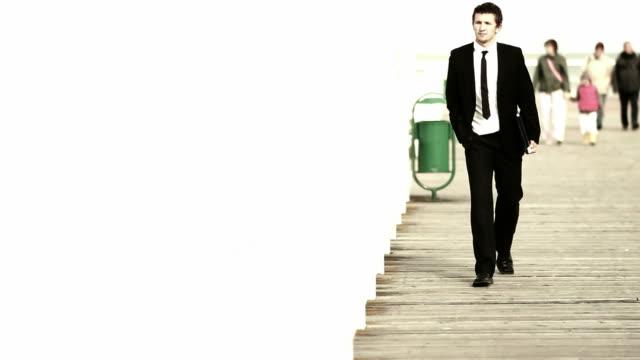 businessman walking forwards - 全套西裝 個影片檔及 b 捲影像